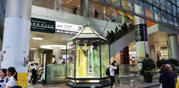 渋谷駅周辺待ち合わせ場所(渋谷マークシティのオブジェとエスカレーター前)