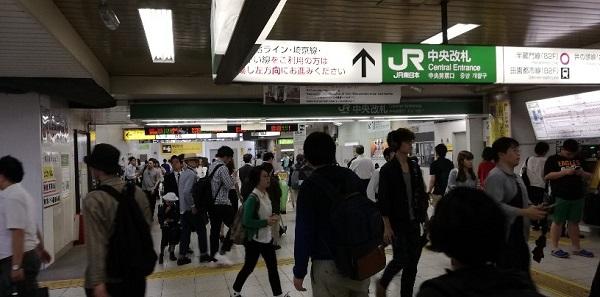 JR線渋谷駅中央改札付近の混雑状況