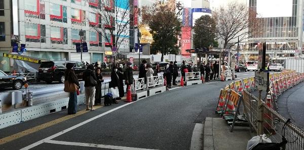 渋谷駅西口バス乗り場(中央分離帯エリアにバス乗り場がある)