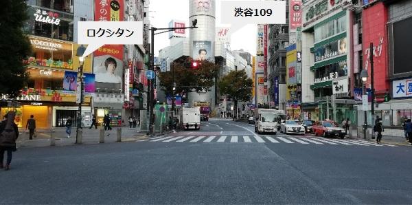 渋谷スクランブル交差点を渡る