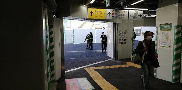 渋谷駅ハチ公改札前通路とロッカー