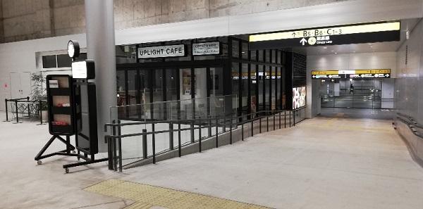 渋谷駅東口地下広場のUPLIGHTカフェ横の通路