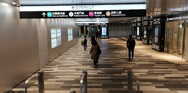 渋谷駅東横ヒカリエ改札前の通路
