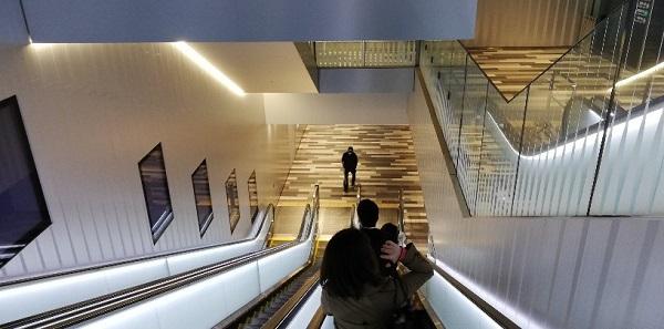 渋谷駅ヒカリエ改札に向かう下りエスカレーター